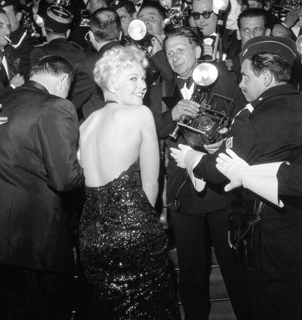 Ким Новак на красной дорожке кинофестиваля в 1956 году.