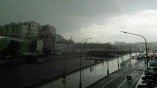 Москвичам пообещали ураганный ветер с грозой и градом на выходных