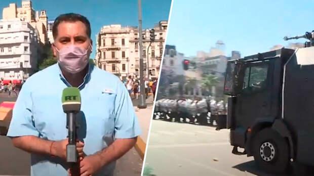 Журналисты RT пострадали во время разгона протестующих на прощании с Марадоной