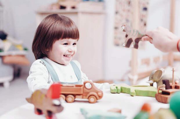 Стоит ли покупать ребёнку много игрушек?