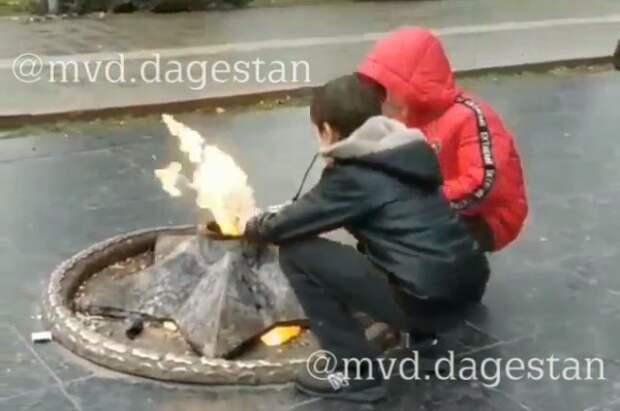 В Махачкале подростки пожарили куриные окорочка на мемориале воинам, погибшим в Великой Отечественной войне