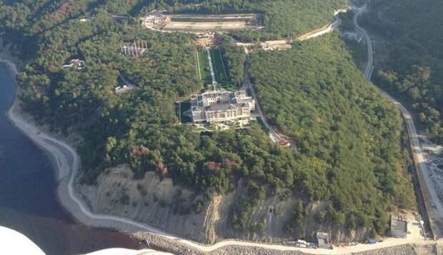 """Ротенберг пообещал через два года открыть апарт-отель во """"дворце Путина"""""""