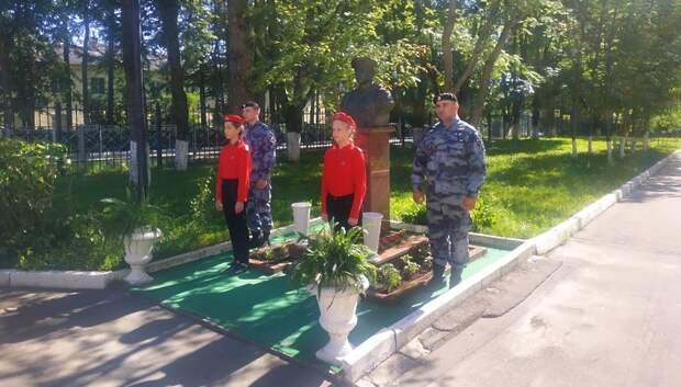Подольчане почтили память Героя России Монетова и возложили цветы к его бюсту