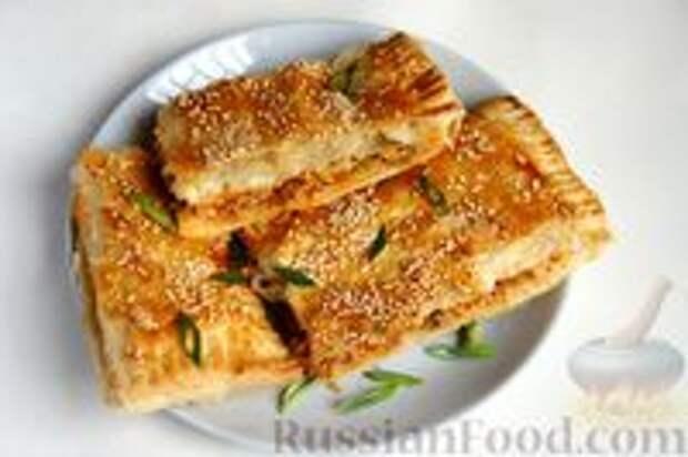 Фото к рецепту: Слоёный пирог с килькой в томате