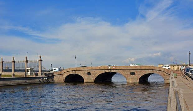 Прачечный мост у истока Фонтанки из Невы.jpg