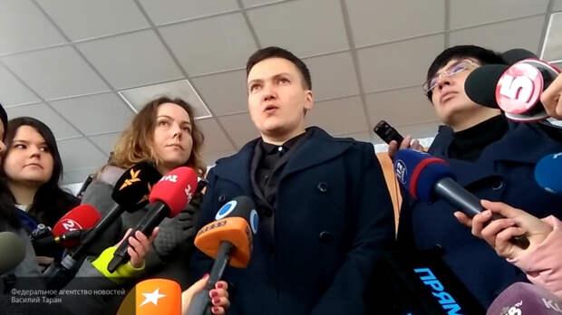 Пользователи Сети высмеяликупающуюся в платье Савченко