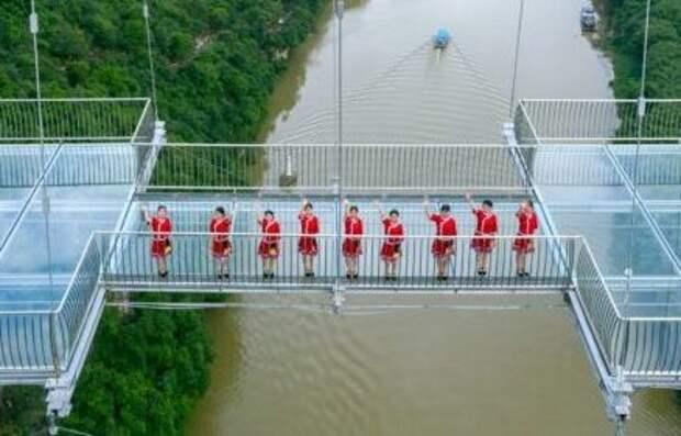 ✨ 6 клевых фото и видео самого длинного стеклянного подвесного моста в мире