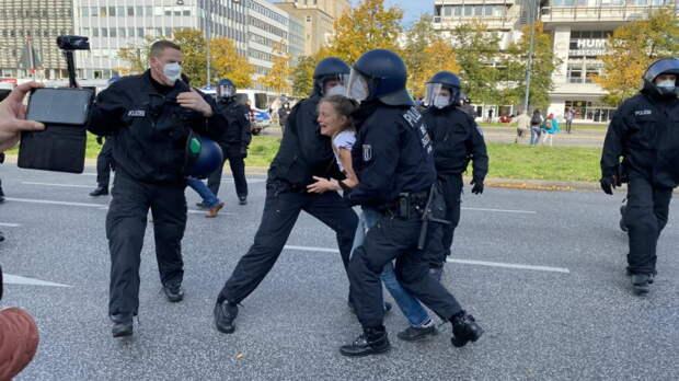 В разгар пандемии: в Берлине тысячи людей без масок снова вышли протестовать против коронавирусных ограничений