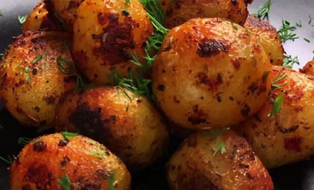 Готовим молодую картошку целиком: получается нежная и хрустящая одновременно
