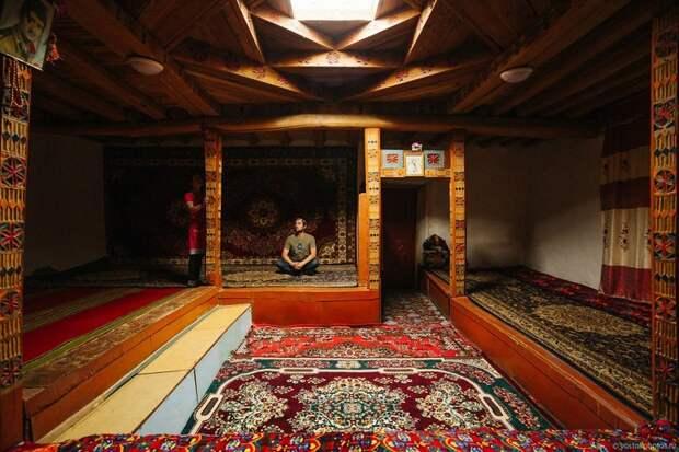 Главная комната в доме - Мехмонхона жизнь простых людей, миграция, таджикистан