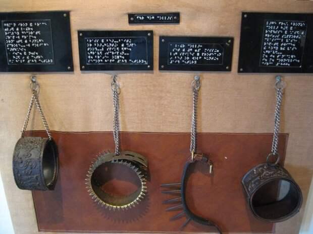 Старинные ошейники, представленные в музее Великобритании.