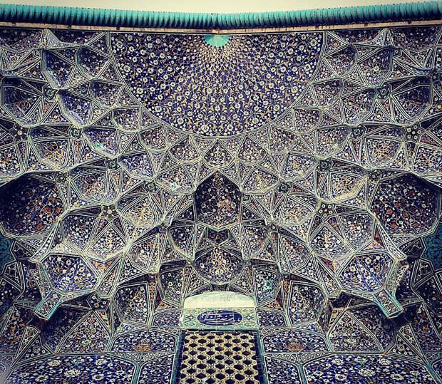 5. Мечеть шейха Лотфоллы в Исфахане, Иран. Особенно много внимания фотограф уделяет потолкам мечетей, которые по внешнему виду напоминают красочный калейдоскоп.