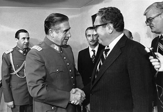 Фото 6. Госсекретарь США Генри Киссинджер и Пиночет в 1976 году.jpg