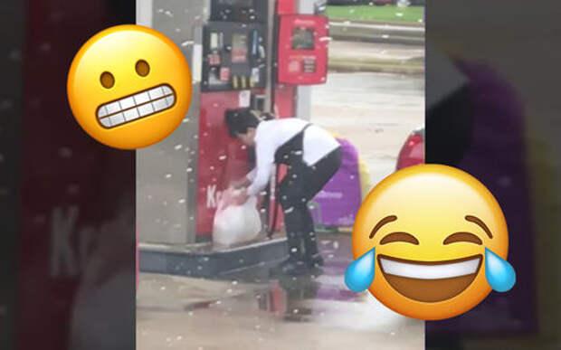 Да что она творит: заправляется бензином в полиэтиленовый пакет?!