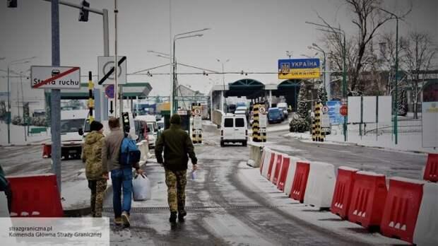 Обещают спалить дом вернувшихся из Европы: застрявших на границе людей не ждут на Украине
