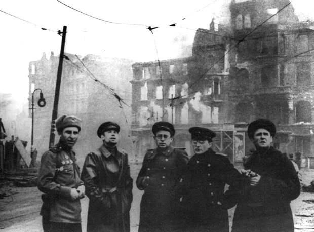 62-Советские корреспонденты в Берлине.jpg