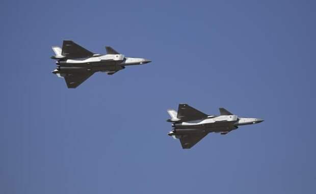 На фото: истребители пятого поколения J-20