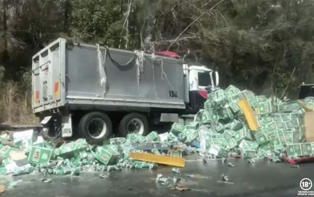 В Австралии перевернулся грузовик с пивом