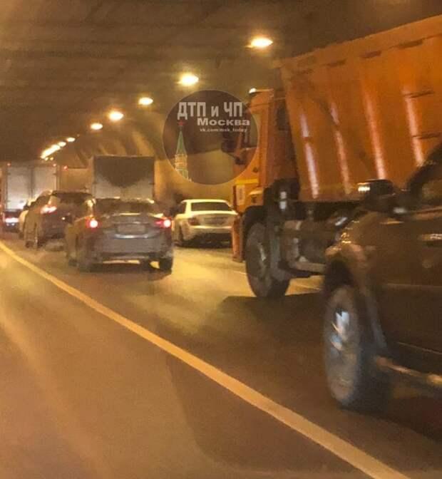 На проспекте Маршала Жукова грузовик столкнулся с легковушкой