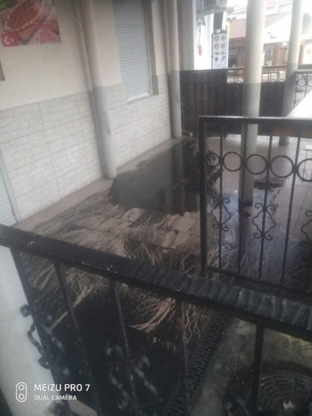 Центр Севастополя заливает нечистотами