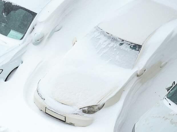 Эксперт объяснил, почему важно быстрее вызволить машину из-под снега