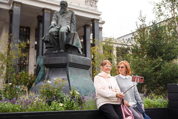 Ступени Российской государственной библиотеки вновь украсил цветущий сад
