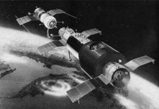 """19 апреля 1971 года боевым расчётом космодрома """"Байконур"""" осуществлён пуск ракеты-носителя «Протон» с первой в мире орбитальной станцией «Салют-1»."""