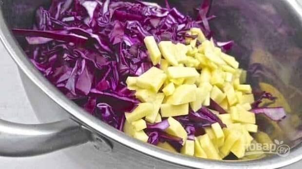 Спустя время к луку и чесноку отправьте нашинкованную капусту и порезанный кубиком картофель. Овощи хорошо посолите и поперчите. Перемешайте, накройте крышкой и тушите на медленном огне в течение 5 минут.