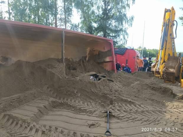 Под Ижевском водителя легковушки раздавило опрокинувшимся на него песковозом