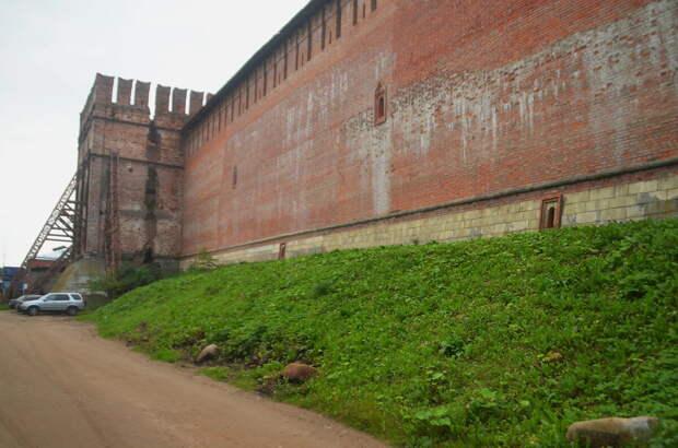 Складывается ощущение, что дорогу откопали в грунте, при этом около крепостной стены грунт особо не раскапывали.