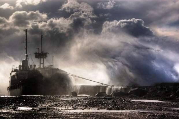 Спасатели нашли плот с моряками с затонувшего у берегов Крыма буксира
