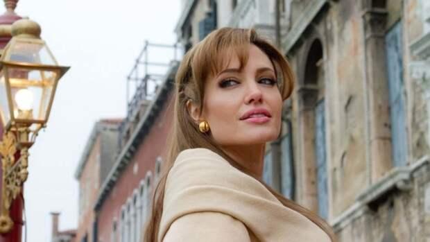 Анджелина Джоли добилась отстранения вставшего на сторону Брэда Питта судьи