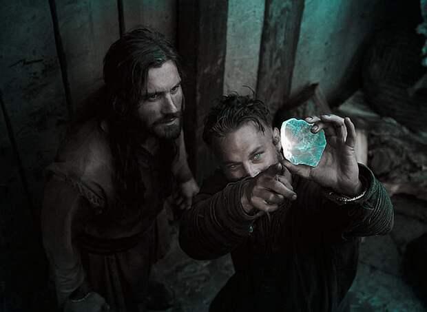 Кадр из сериала «Викинги», где Рагнар Лодброк показывает брату солнечный камень.