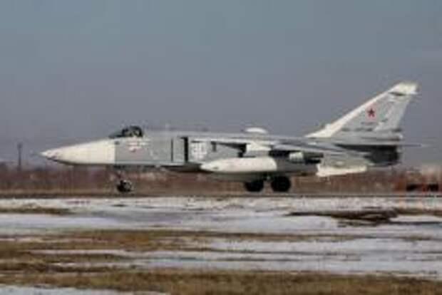 Су-24 МР выруливает на ВПП. Фото Алексея Китаева.
