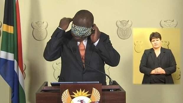 Президент ЮАР оконфузился при обращении кнации из-за коронавируса. Пытаясь надеть маску, онзакрыл еюглаза: видео