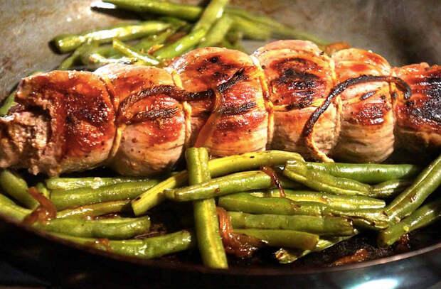 Поставили старую чугунную сковороду на мангал: жарим мясо, закуски и собственный хлеб