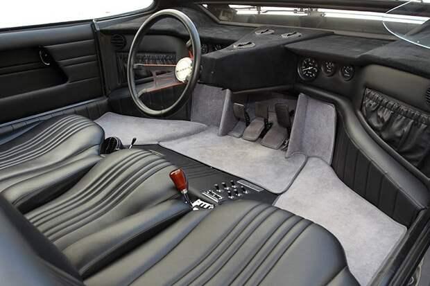 Кроме того, самое радикальное решение в этом автомобиле находится в салоне. Bizzarrini Manta — это трехместный автомобиль, причем сиденья расположены в один ряд, с водительским местом между двух пассажиров. Позднее, автомобиль, в котором будет исполь Bizzarrini Manta, Джорджетто Джуджаро, авто, автодизайн, автомобили, аэродинамика, дизайнер