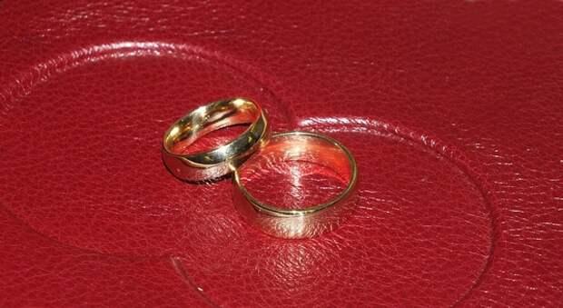 В Екатеринбурге семейная пара на самоизоляции решила в третий раз сыграть свадьбу - онлайн
