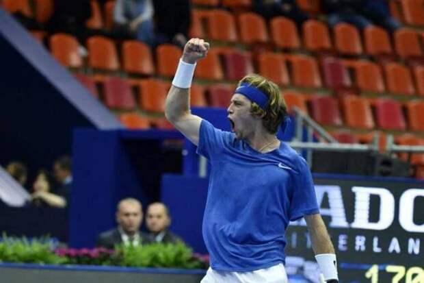 Андрей Рублев и Даниил Медведев идут навстречу друг другу в четвертьфинале US Open