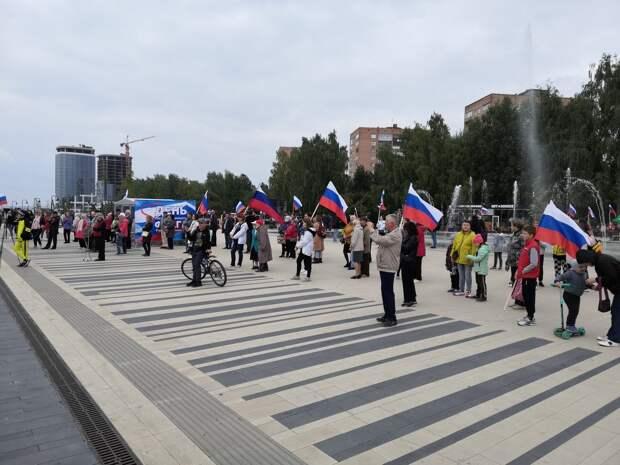 Live: флаг России разворачивают в центре Ижевска