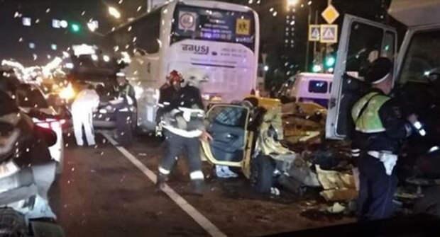 В Москве грузовик протаранил семь авто на светофоре. Есть погибшие