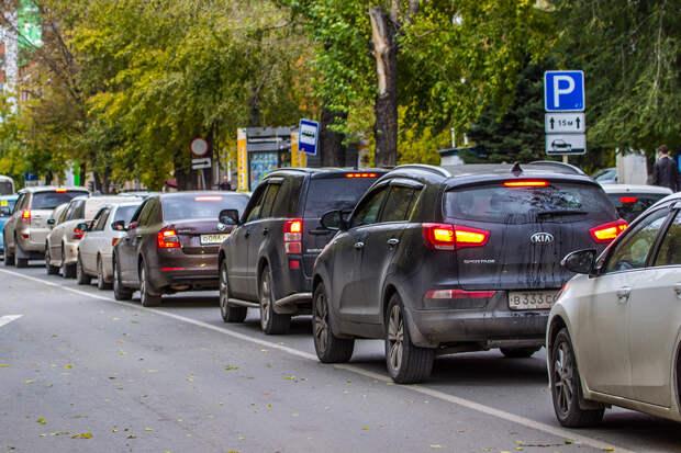 На выезде из Новосибирска образовалась огромная пробка — она растянулась на 7 км
