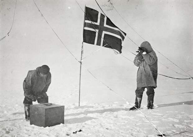 Хельмер Хансен и Амундсен определяют свои координаты на Южном полюсе, 1911 год (Wikimedia)