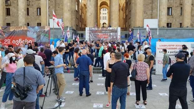 На центральном проспекте грузинской столицы – очередной митинг. Повсюду национальные флаги Соединенных Штатов Америки...