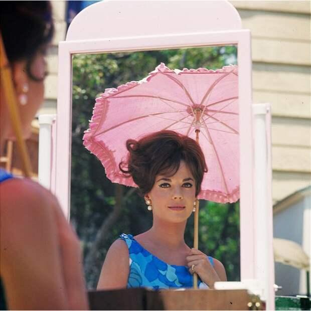 Цветные фотографии со съемок фильма «Большие гонки» 1965 года с Натали Вуд и Тони Кертисом.
