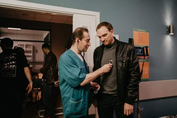 Чулпан Хаматова самоотверженно помогает людям в первом трейлере «Доктора Лизы»