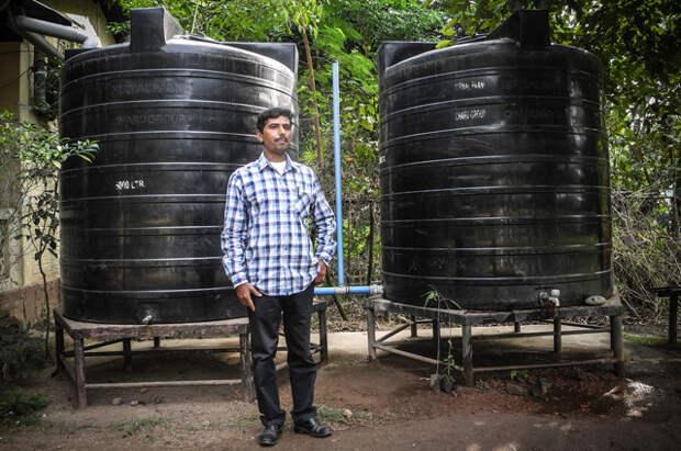 В Индии устанавливают большие пластиковые баки.