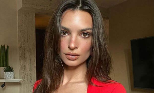 Эмили Ратаковски спряталась от фотографа за шторой, но она оказалась прозрачной
