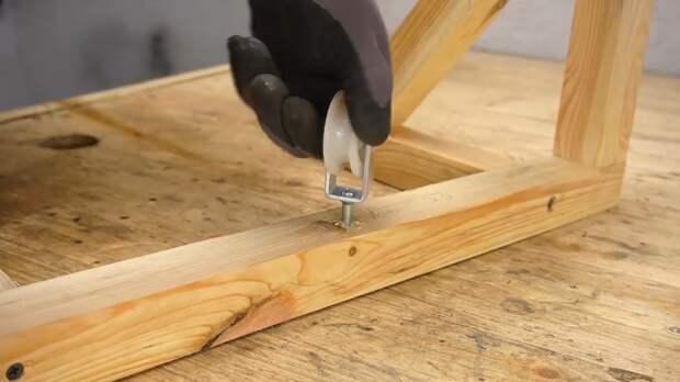 Чтобы облегчить процесс поднимания и опускания стеллажа-полки лучше установить блок с роликом для троса. | Фото: youtube.com/ © Men's Craft.