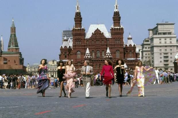 7 фото с показа Пьера Кардена на Красной Площади в 1991 году